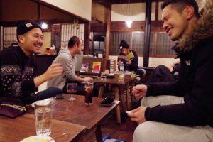 やっぱりバーがあるゲストハウスは楽しい!新潟の「なり」で出会いのある旅をしてみよう